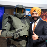 Master Chief and Navdeep Bains, Minister of Innovation, Science and Economic Development giving thumbs up at Video Games on the Hill 2020